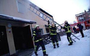 Stege restes mot sovrummet på lägenhetens andra våning. Men rökdykarna grejade släckningen inifrån.FOTO BOO ERICSSON