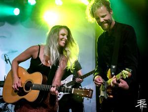 Lisa Miskovsky och Pelle Ekerstam har nyligen släppt en duett, Låten som Pelle skrivit är dessutom på svenska.