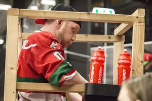 Dan Ljungberg mår dåligt under pågående match mot Leksand.