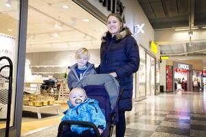 Erica Kaptens med sönerna Theodor och Valdemar bor i Sandviken men föredrar att handla i Valbo. Bättre parkeringsmöjligheter är en anledning.