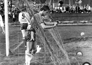 Spelaren på bilden som precis ser ut att ha bränt världens målchans är Åke Jonsson. Han kom ursprungligen från Krokom/Dvärsätts idrottsförening och värvades till Ope under Janne Holmbergs tid. Den här matchen är från ett derby i division tre mot just K/D på Hissmovallen. På ryggen på Krokomsspelaren med nummer 5, som är Bernt Natanaelsson, står det Fritidstjänst. Det var sport- och färgaffären i Krokom på 1970-talet.