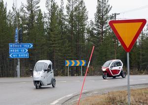 Svägerskorna Kerstin och Siv Gradin i Vemdalen köpte sig en varsin mopedbil.
