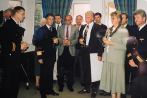 Polismästare Per Fryksén (till vänster) håller tal. Foto: Max Möllerfält
