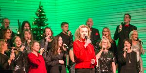 Boel Godner (S), kommunstyrelsens ordförande, sjöng en julsång på julkonserten i Pingstkyrkan.