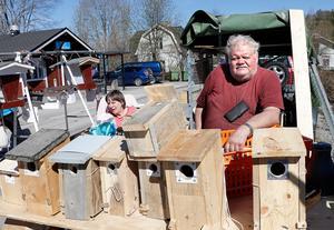 Roland Henriksson är byggnadsingenjören som slagit sig på holkbygge. Förr krängde han grönsaker på marknader, men nu gör han en god sak för såväl de bevingade och Cancerfonden som får en slant för varje holk som säljs. I  bakgrunden syns hustrun Gudrun.