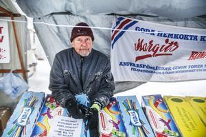 Tommy Zeisig från Stockholm väntar tålmodigt på att snövädret ska avta,  så han kan börja sälja allt godis.