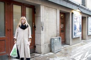 Catharina Lundin framför köksingången som används av de anställda på Chinateatern.