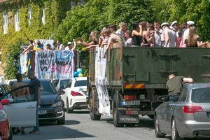 Det var mycket trafik i centrum när lastbilsflaken drog fram.