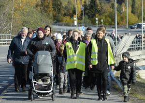 Många deltog i lördagens sjukhusmanifestation i Sollefteå, enligt arrangörerna stod uppemot 1 600 personer i ring runt sjukhuset.
