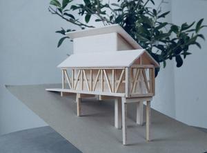 Stuga nummer två är en avlång konstruktion med högt i tak.