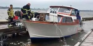 Räddningstjänst tömmer båten på vatten.