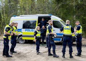 Poliserna gör sig redo för skallgång.