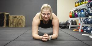 Sara Andersson är personlig tränare. Övningen plankan är ett effektivt sätt att aktivera kroppen utan redskap.