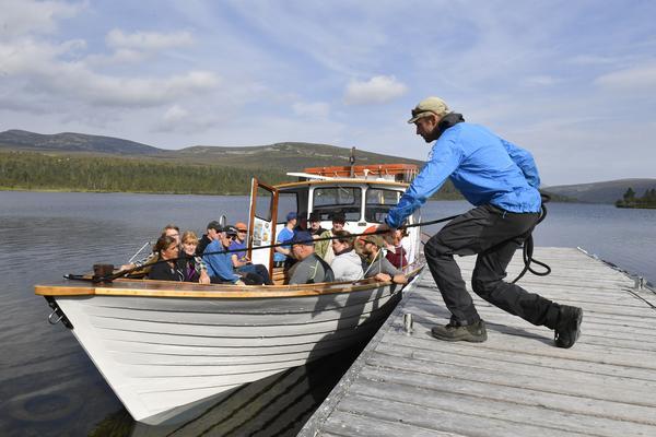 Björn Jonsson kastar loss för turen över Grövelsjön.