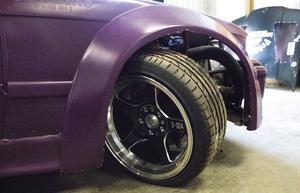 Driftingbilen har en styrvinkel som inga andra bilar har. Hjulen kan ställas ut upp till 68 grader vilket gör att man kan åka bredare. Däcken är specialköpta och det går mellan 10 och 20 däck per tävling.