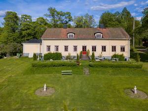 Bispbergs herrgård utanför Säter är till salu. Den byggdes år 1840 och säljs med tillhörande mark på 2,7 ha. Patrik Persson/Svensk Fastighetsförmedling
