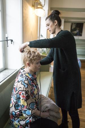 Frisören Hanna visar hur Linda enkelt kan variera sin frisyr och göra den extra festfin genom att göra lockar med en plattång.