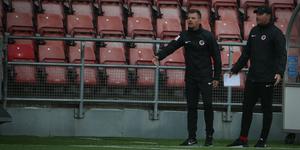 Stefan Ärnsved och assisterande tränaren Mikael Kindgren i samband med straffsituationen i första halvlek.
