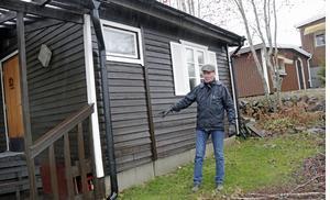 Sista biten av va-anslutningen, in till stugan, får respektive fastighetsägare ordna själv. Bengt Thyr kikar på var deras ledning ska gå in. Han räknar med en total kostnad på cirka 200 000 kronor.