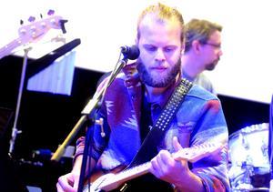 Anton Lundström på gitarr.