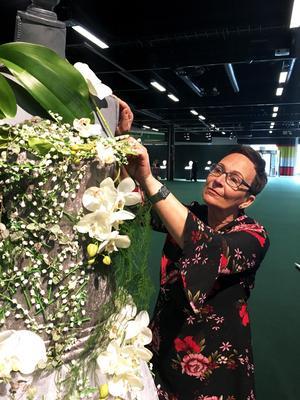 Irene Hagström har förutom tre klänningar skapat tre kungliga buketter till årets Antikmässa i Stockholm.