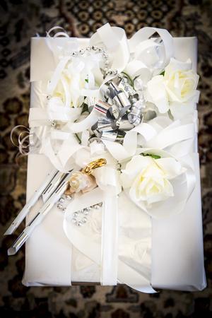 Till  nyårspresent?  Eller kanske till bröllopet. Sobert och elegant passar extra bra till extra festliga tillfällen.