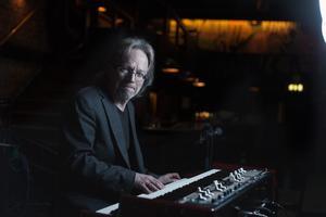 Pierre Swärds musikerkarriär startade under det tidiga 1960-talet. 1963 bildade han, tillsammans med bland andra Clas Yngström, sitt första band – The Clifftones.