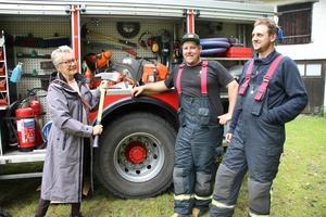 Tina Lemnell var intresserad och nyfiken på vad som finns i en brandbil och John Karlsson och Robin Källberg kunde räta ut alla frågetecken.