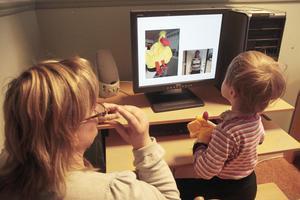Förskoleläraren Anya Holmgren övar ljudträning med fyraåriga Ida genom ett bildspel. En bild på en anka visas samtidigt med ett videoklipp, där fröken både säger ordet