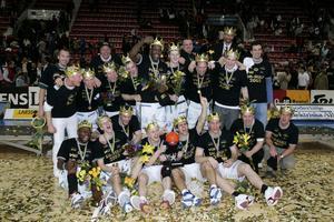 Södertälje firar SM-guldet, som de fick vinna på hemmaplan.