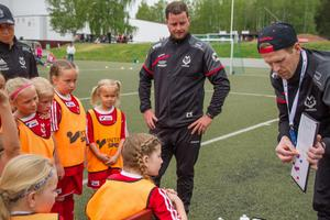 """Daniel Hjelm pratar med laget om hur deras passningsspel ska bli ännu bättre. """"Kom ihåg att det blir ännu roligare om alla får ha bollen"""", säger han."""