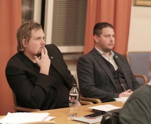 Sverigedemokraterna Tobias Johansson och Johan Persson tycker att det räcker med 31 kommunfullmäktigeledamöter.