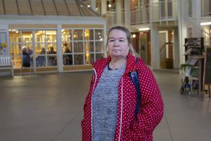 Skyddsombudet Christina Lindberg berättar att såväl personal och boende upplever att det är kallt.  Bakom henne syns den öppna korridoren som personalen går genom för att komma till lägenheterna.