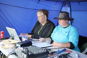 Det var fullt fokus i bantältet. Lotta Sunvisson registrerade allt på datorn och Åsa Starborg agerade speaker.