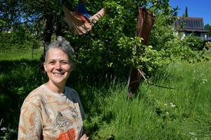 Hila Laviv besökte trädgården där kibbutzen legat första gången i vintras. Nu grönskar träden och bland grenarna fladdrar hennes konstverk.