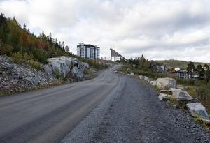 Tre år efter att kommunen köpte Kusthöjdens konkursbo är vägen till området fortfarande inte färdigställd. Till våren är det tänkt att arbetet ska inledas med att ordna asfalt, räcken, gång- och cykelväg och belysning.