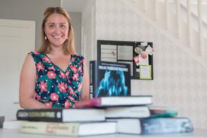 Bokslukare. Anki Ingemansson i Gudby hanterar också Instagram-kontot #bokslukaranki, där hon recenserar böcker.