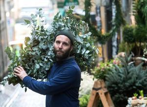 Christoffer Broman på väg in till sin butik med ett helt fång Eukalyptus.