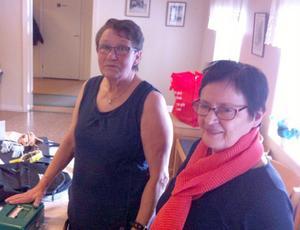Agneta Strindlund och Ingrid Larsson ansvarade för lotteriet, när PRO Stugun hade årets första medlemsmöte. Foto: Elisabet Yngström