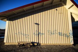 Flera av skolans väggar har fått en omgång med klotter.
