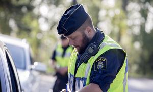 Oskar Andersson har arbetat som polis i Södertälje i fem år. Han tror att programmet kommer att ge en varierad och bra bild av staden och samtidigt ge en inblick i polisens arbete.