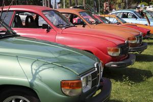 Fullsmockat med Saab-bilar, så väl gamla som nya.