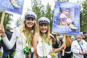 Systrarna Emma och Maria Persson har följts åt i livet. Nu tar de studenten tillsammans.