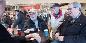 Gunnar Fröberg, Sune Rönneblad, Gunnar Forslund och Leif Persson träffas väldigt ofta på fiket inne på Ica Maxi på Hälla.