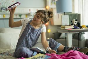 Stella (Haley Lu Richardson) lider av cystisk fibros och är ofta inlagd på sjukhus. Där förälskar hon sig i medpatienten Will (Cole Sprouse). Pressbild. Foto: Alfonso Bresciani