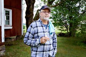 Janne Häll möter Arbetarbladet med tandborsten i hand.