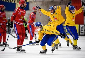 Sveriges  Adam Gilljam avgör VM-finalen mellan Sverige och Ryssland 2017 med sitt  4–3 mål i slutminuterna. Bild: Janerik Henriksson/TT