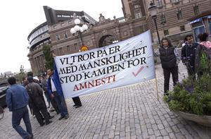 Demonstranter utanför riksdagshuset 2005 då som ville ha amnesti för flyktingar. Foto: Claus Gertsen / SCANPIX.