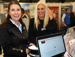 Linda Dahlberg från Contrado och Helen Söderqvist från Sollefteå kommun passade på att tävla  i montern som tillhör Tidningen Ångermanlands  och allehanda.se .