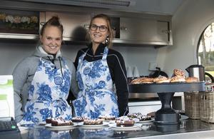 Helena Söderberg och Hanna Klaar från Hälsinglands fastighetsbyrå hade hand om försäljningen av sötsakerna.